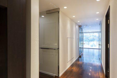 重厚感のある仕上材と明るく開放感のあるキッチン