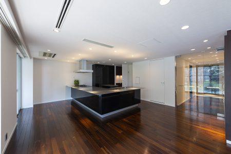 重厚感のある仕上材と明るく開放感のあるキッチン2