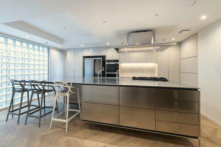 ナチュラルな床と存在感のあるキッチン